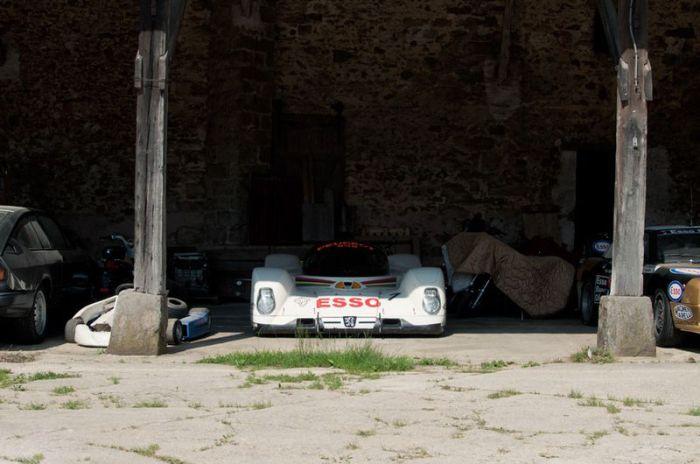 Во французском сарае найдена коллекция суперкаров (26 фото)