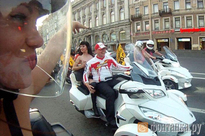 Обнаженная мотопрогулка по Питеру закончилась судом (10 фото + видео)