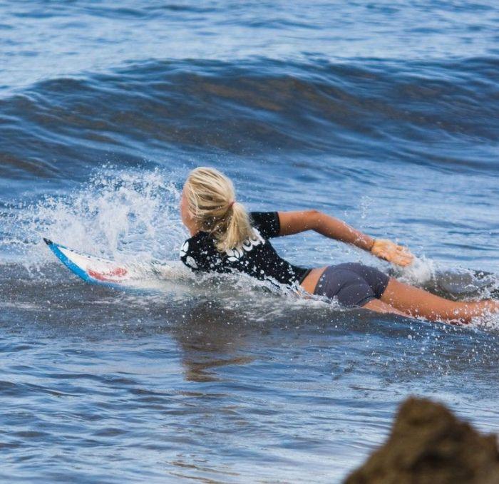 Бесстрашная серфингистка (21 фото)