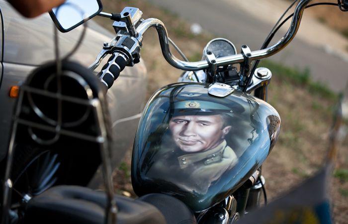 """Крутая аэрография мотоцикла: """"В бой идут одни старики"""" (4 фото)"""