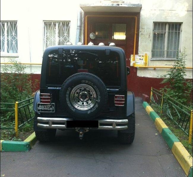 Месть за неправильную парковку (2 фото)