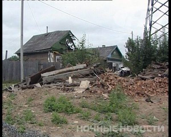 Девушка-водитель приземлилась на крышу дома (7 фото)