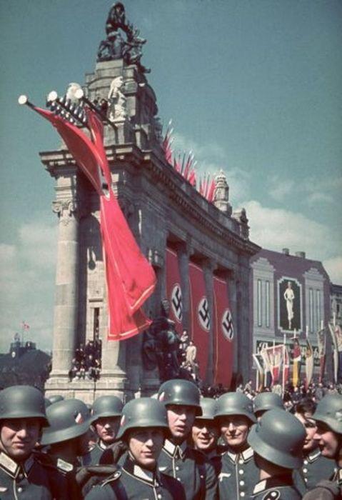 Цветные архивные снимки с юбилея Гитлера (18 фото)