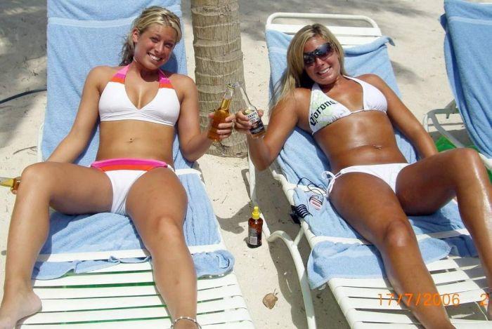 Симпатичные девушки отдыхают на пляже (68 фото)