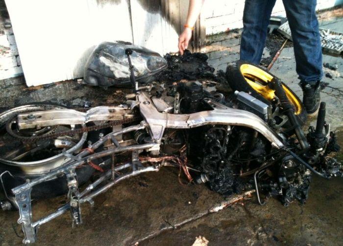 Мотоцикл Honda сгорел дотла (3 фото)