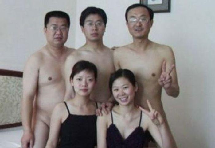 Китайских чиновников уличили в групповом сексе (2 фото)