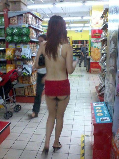 Странная модница в китайском магазине (7 фото)