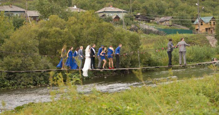 Как разрушить мост в день свадьбы (4 фото)