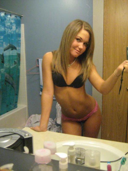 Девушки фотографируют себя в зеркале (43 фото)