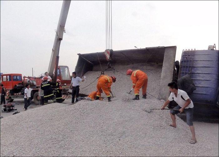 Водитель был погребен заживо под тоннами щебня (6 фото)