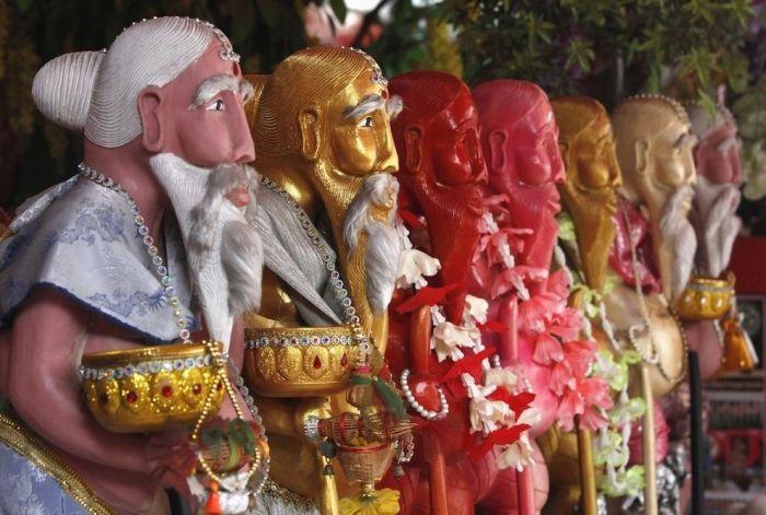 Странная буддистская церемония с участием стриптизерш (6 фото)