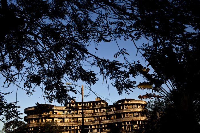 Шикарный отель стал домом для бомжей (34 фото)