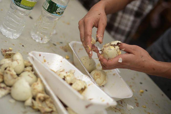 Мерзкое соревнование любителей поесть на скорость (13 фото)