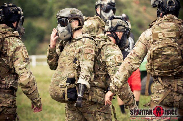 Сильный человек на спартанских гонках (7 фото)