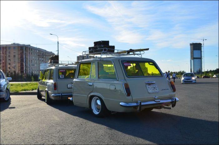 Крутой тюнинг ВАЗа 2102 с прицепом (9 фото)