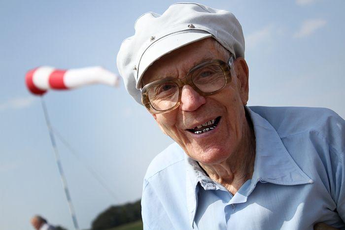 90-летний дедуля прыгнул с парашютом (14 фото)