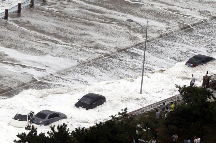 "Супертайфун ""Болавен"" разрушил побережье Китая (11 фото)"