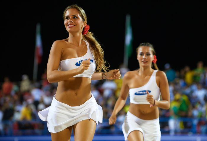 Симпатичные девушки и пляжный волейбол (87 фото)