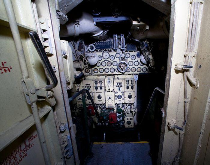 Заброшенная подводная лодка (22 фото)