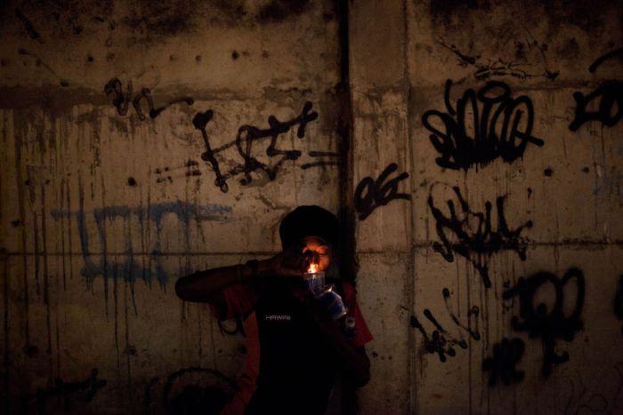 Как живут наркоманы трущобах Рио-де-Жанейро (15 фото)