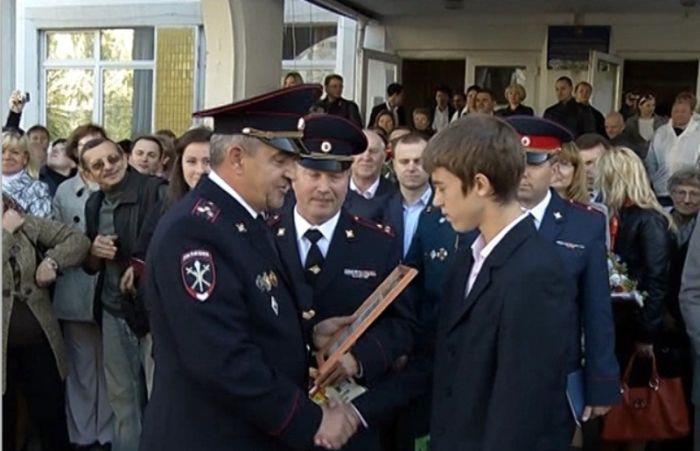 Школьники спасли девушку от преступников и вернули ей 980 тыс рублей! (3 фото)