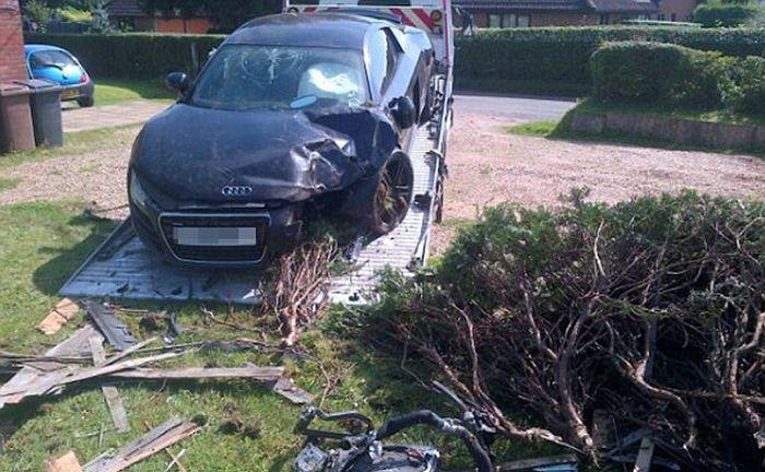 Неожиданная авария Audi R8 в частном секторе (3 фото)