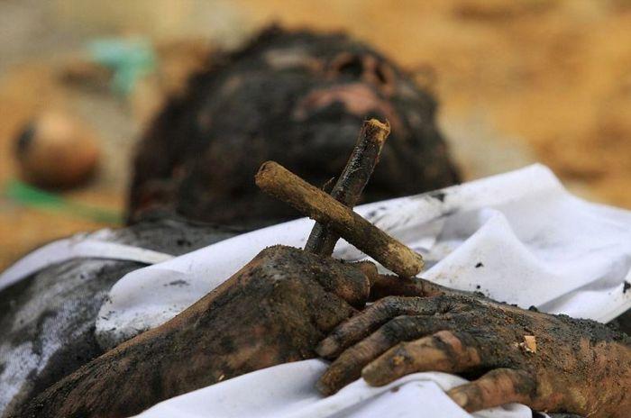 Экзорцист из Колумбии (9 фото)