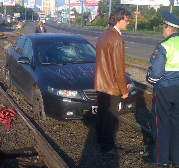 Застрял на трамвайных путях и поплатился за это (3 фото)
