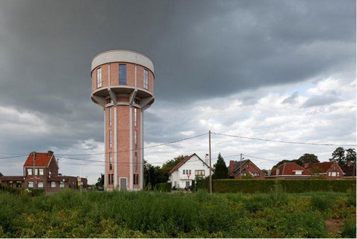 Дом внутри старой водонапорной башни (14 фото)
