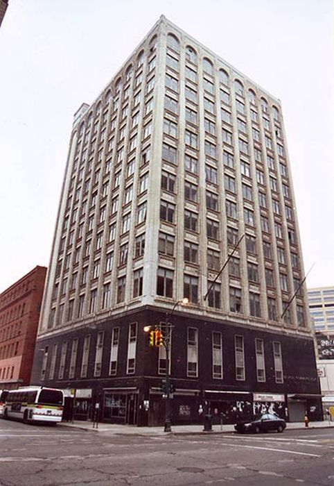 Заброшенные многоэтажки Детройта (35 фото)