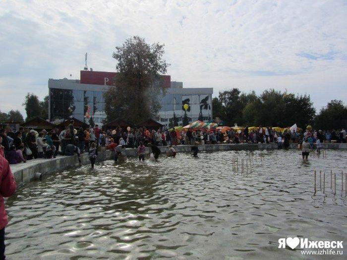 Неудавшийся флешмоб в Ижевске (9 фото + видео)