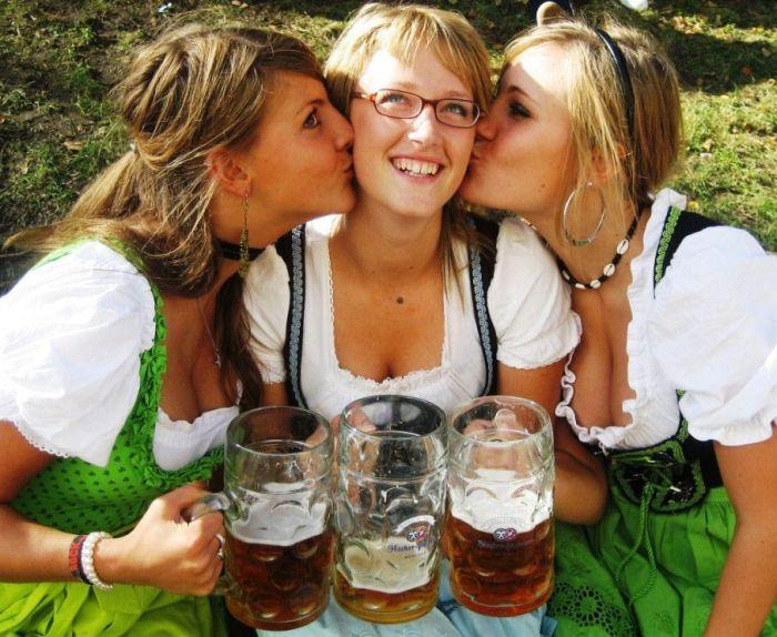 Девушки с пивного фестиваля Октоберфест 2012 (66 фото)