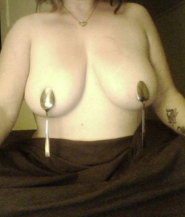 Странные девушки с магнитной грудью (28 фото)