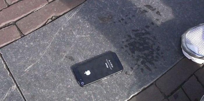 Как разыграть прохожих при помощи iPhone 5 (16 фото)