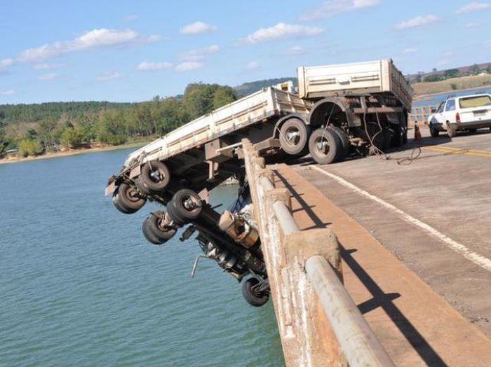 Водитель грузовика родился в рубашке (9 фото + видео)