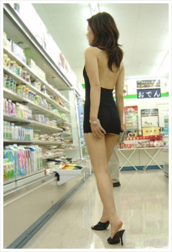 Откровенное платьице китайской девушки (8 фото)