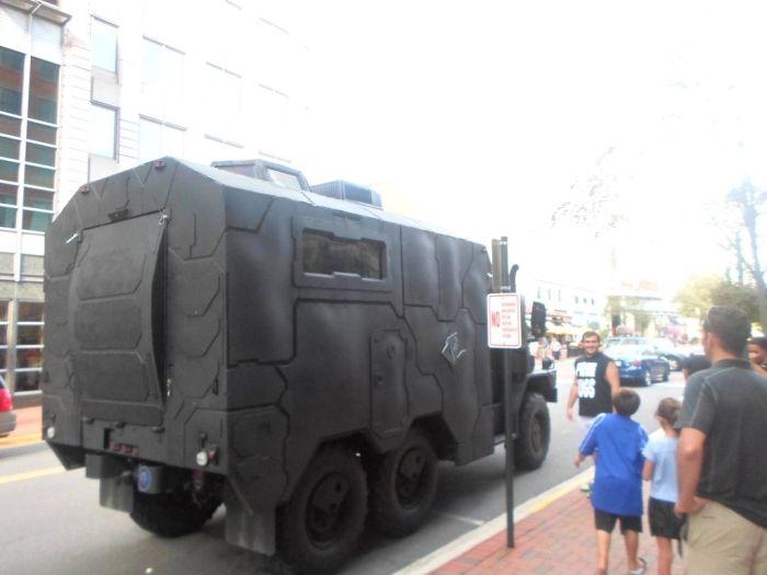 Крутой грузовик в стиле милитари (9 фото)