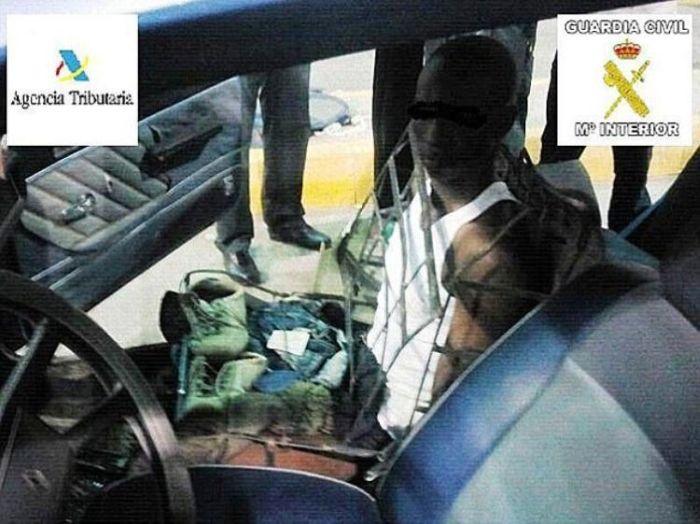 Человек-кресло был задержан на границе Испании (2 фото)