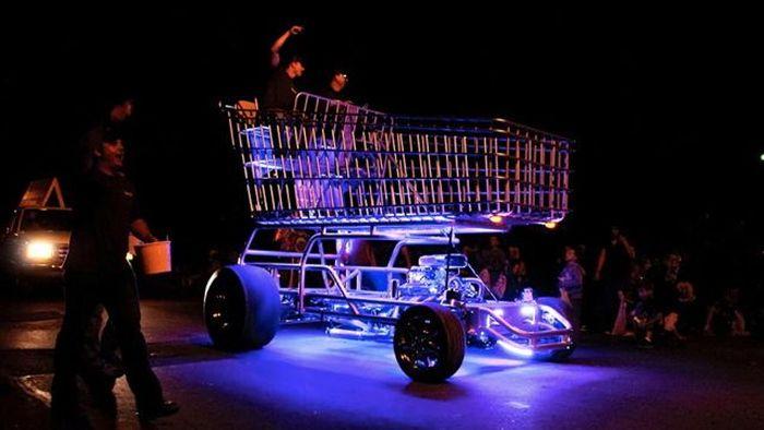 Тележка из магазина с двигателем от спорткара (13 фото)