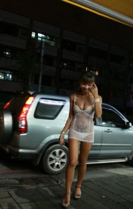 Как одеваются продавщицы бетеля на Тайване (30 фото)