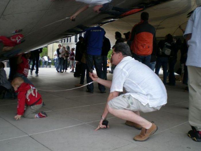 Родители, которые выгуливают детей на поводках (35 фото)
