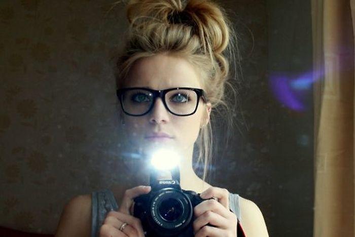 Девушки фотографируют свое отражение (40 фото)