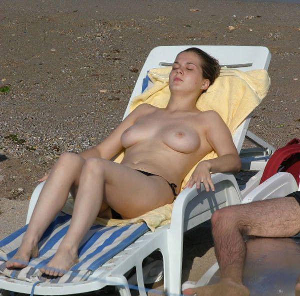Обнаженные девушки отдыхают на пляже (50 фото)