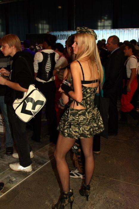 """Симпатичные девушки с выставки """"ИгроМир 2012"""" (88 фото)"""