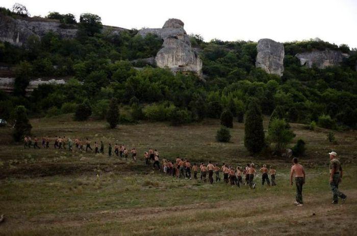 """Суровый военный лагерь для подростков """"Таврида-Сечь"""" (20 фото)"""