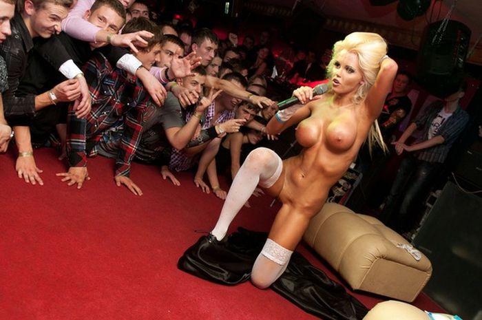 Выступления голых девушек