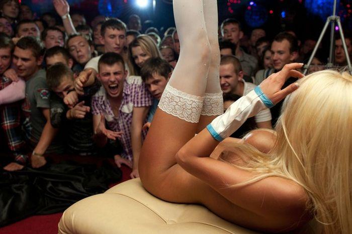Выступление порно девушек на сцене в клубах