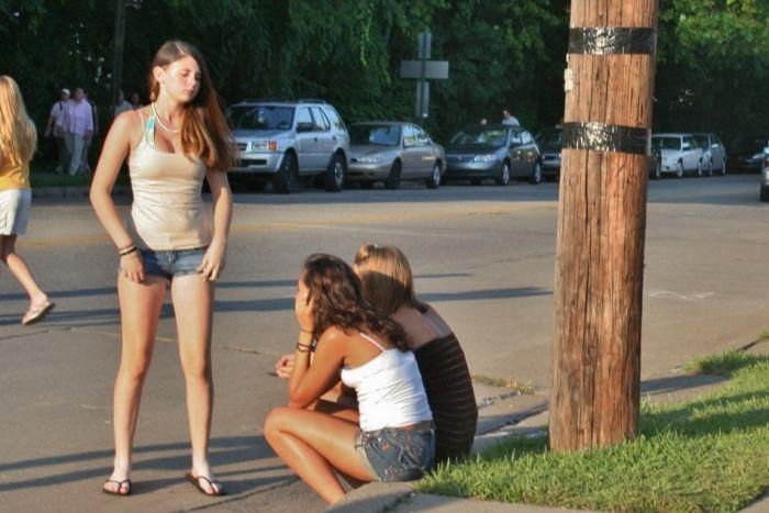 Стройные девушки в джинсовых шортиках (49 фото)
