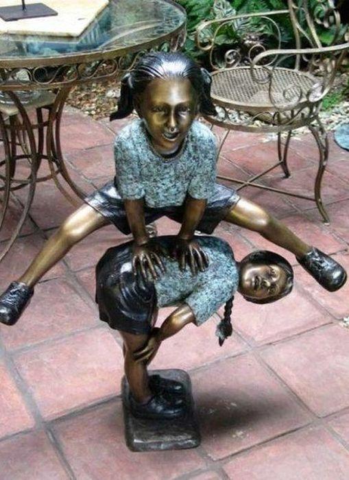 Реалистичные скульптуры и забавные памятники (99 фото)