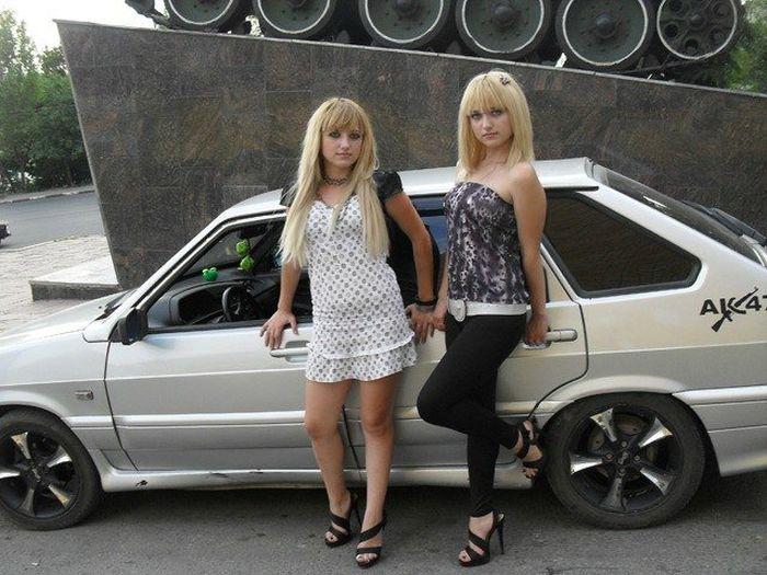 Голые девушки возле тюнингованых вазов фото